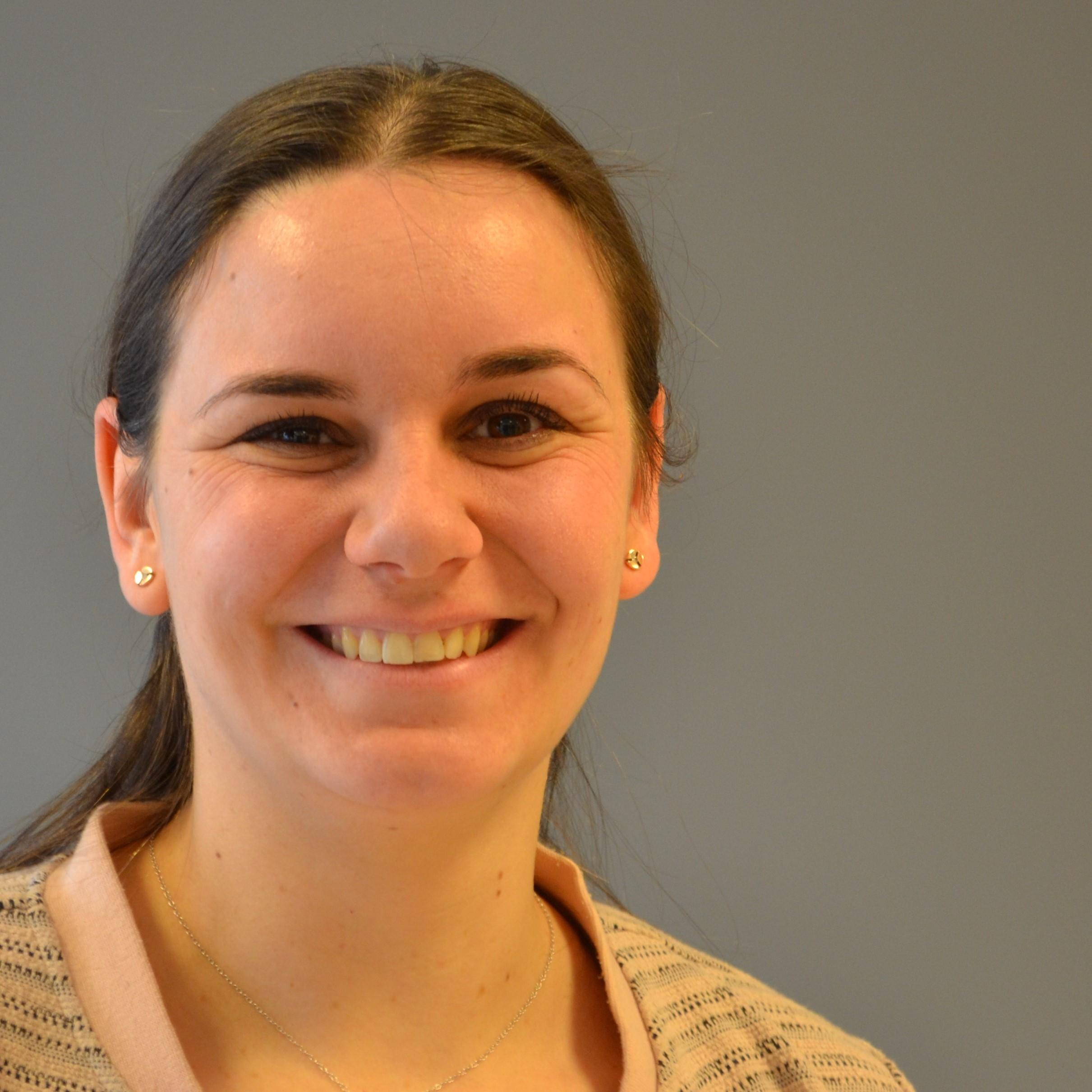 Kim Simons, assistente 1